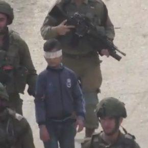 Des soldats israéliens arrêtent un jeune Palestinien de 13 ans et lui font faire le tour d'Hébron les yeux bandés