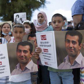 """L'UE """"suit de près"""" la détention du coordinateur de BDS par Israël"""